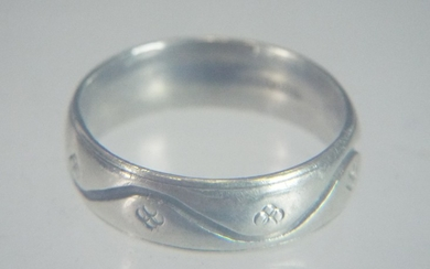 9ct White gold wedding band with chased pulse line decoratio...