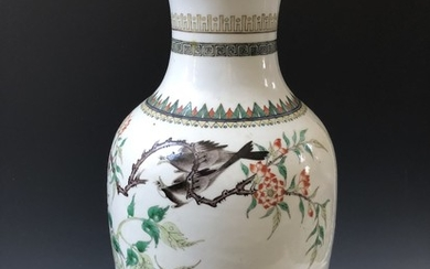 A ANTIQUE CHINESE ANTIQUE FAMILLE ROSE VASE . MARKED, 19 CENTURY.