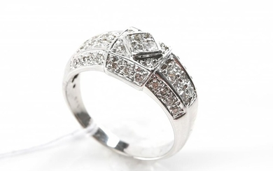 A DIAMOND DRESS RING IN 18CT WHITE GOLD, SIZE O