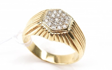 A DIAMOND SET SIGNET RING IN 18CT GOLD, SIZE T, TOTAL WEIGHT 9.9GMS