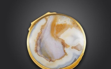 A George III gold-mounted agate snuff box, the base rim engraved with foliate decoration, scratched inventory number 7007A, the hinged cover with raised thumbpiece, 4.8cm wide
