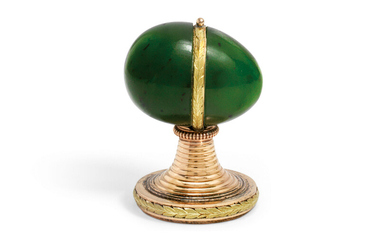 A MINIATURE TWO-COLOUR GOLD-MOUNTED NEPHRITE HAND SEAL, BY FABERGÉ, PROBABLY BY ERIK KOLLIN, ST PETERSBURG, CIRCA 1900, SCRATCHED INVENTORY NUMBER 6138