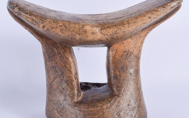 AN EARLY 20TH CENTURY AFRICAN CARVED WOOD HEAD REST