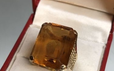 Gold and citrine ring. P. 13.1 g.
