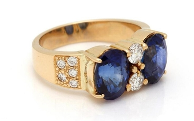 Gold fantasy ring, 18 krt., Set with 2 x oval sapphires