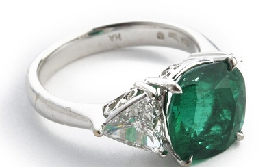 Hartmann's: An emerald and diamond ring set with an emerald weighing app. 2.52 ct. and diamonds weighing a total of app. 1.12 ct., mounted in 18k white gold.