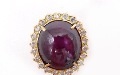 RING in 18K yellow gold holding a star ruby of approximately 12 carats in a setting of brilliant-cut diamonds. TDD: 49. Gross weight: 7.50 gr. A ruby, diamond and gold ring.