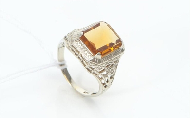 A CITRINE SIGNET RING IN 14CT WHITE GOLD, SIZE H, 2.6GMS