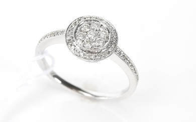 A DIAMOND CLUSTER RING IN 18CT WHITE GOLD, SIZE M