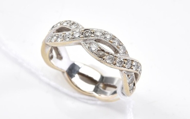 A DIAMOND SET RING IN TWO-TONE 18CT GOLD, SIZE I, 5.3GMS