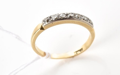 A SEVEN STONE DIAMOND RING IN TWO TONE 18CT GOLD, RING SIZE I, 1.8GMS