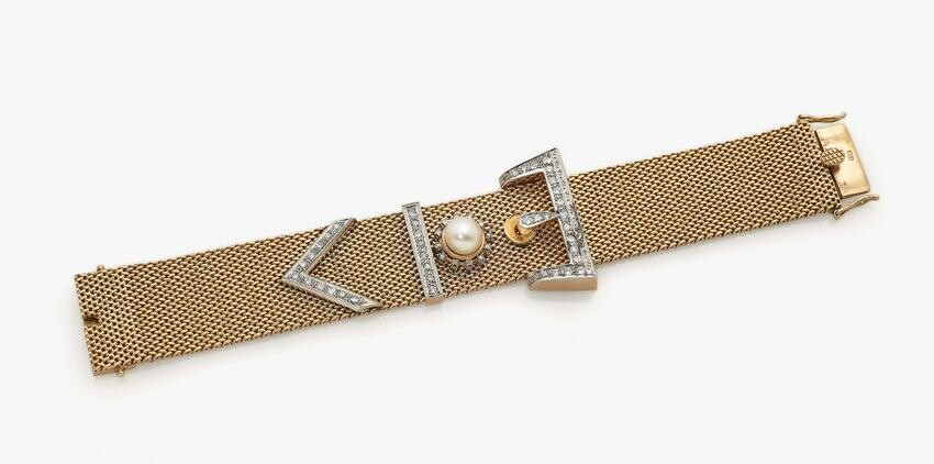 A bracelet with diamonds and cultured pearl