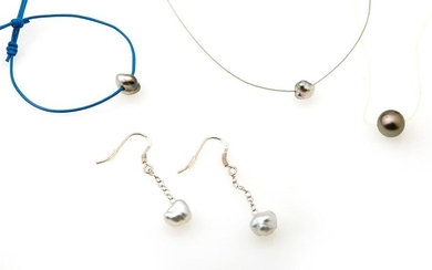 Lot comprising : A steel cable necklace, decorated with a Keshi pearl An adjustable blue leather necklace, decorated with a Keshi pearl. A transparent cable necklace, decorated with a Tahitian pearl A pair of 800/°° silver earrings decorated with a...