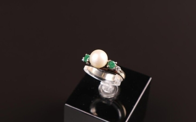 RING in 18k yellow gold with a pearl with an emerald of a brilliant on each side. TD. 58 - Gross weight : 3,7 g