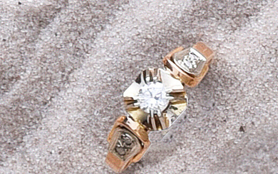 Ring in 750e gold set with a 0. 20 ct diamond with roses.