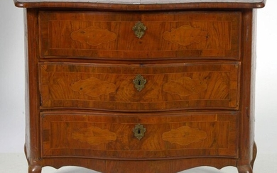 Small Louis XV style crossbow chest of drawers in curly veneer and light wood fillets opening by three drawers. Italian work. Period: 18th century. (Slight lacks in the veneer). Size : +/-102x81x48,5cm.