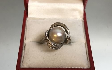 White gold and cultured pearl ring. P. 6.5...