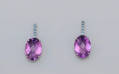 White gold earrings, 750 MM, each decorated with round sapphires bearing a beautiful oval amethyst in briolette, weight: 4.35gr. gross.