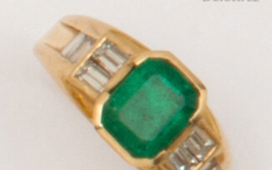 Yellow gold ring set with a rectangular emerald set with baguette diamonds. Finger size: 54. Rough: 6.1g.