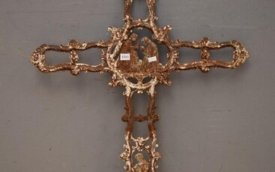 A 19TH CENTURY FRENCH CAST IRON CROSS WITH PRAYING COUPLE IN CENTRE AND FIGURE TO BASE (102H x 59W CM) (LEONARD JOEL DELIVERY SIZE:...