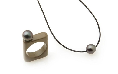 Adjustable black cord necklace, decorated with a Tahitian pearl; A square khaki bakelite ring decorated with a Tahitian pearl is attached to this necklace. TDD: 57