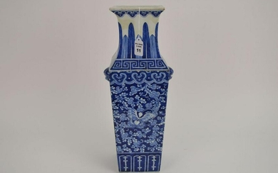 CHINESE QING DYNASTY BLUE & WHITE PORCELAIN VASE. The