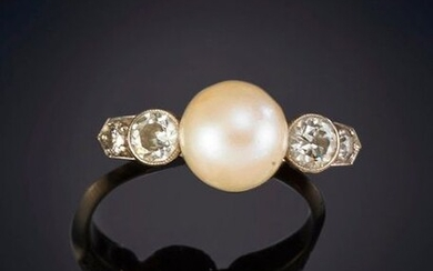 DELICATE ANTIQUE RING MADE OF CULTIVATED PEARL AND ANTIQUE CUT DIAMONDS. Frame in 18k white gold. Price: 250,00 Euros. (41.597 Ptas.)