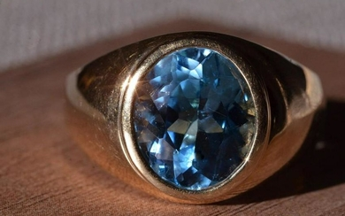 Gentleman's Yellow Gold Ring set with Blue Topaz
