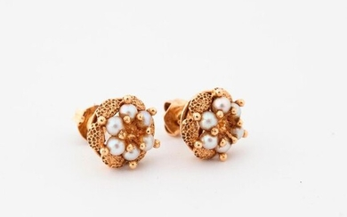 Pair of yellow gold (750) ear studs forming flowers decorated with small white cultured pearls in claw setting.