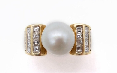 RING in 18K yellow gold retaining in its center a white pearl (untested) with a square diamond pavé. TDD: 48. Gross weight: 12.90 gr. A diamond, pearl and gold ring.