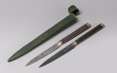 Two TRAVEL KNIPS in a shagreen case. The green case contains two knives, the first one with silver blade, the second one with steel blade. The handles are made of hard stones, ferrules and two-tone gold caps. Punches of the 18th century, especially...