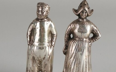 Two silver spreaders, 835/000, in the shape of a male and a female in Volendam costume. Marked Volendam on a round base. 9.5cm. total approx. 118 grams. In good condition