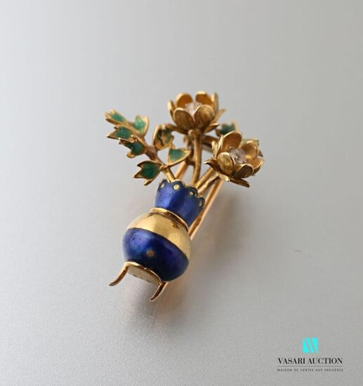 Yellow gold 750 thousandths enamelled clip in the shape of a bouquet of flowers in a vase, the hearts of the two flowers set with small diamonds, French work circa 1960.