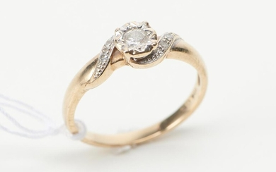 A DIAMOND RING IN 9CT GOLD, SIZE N, 1.9GMS