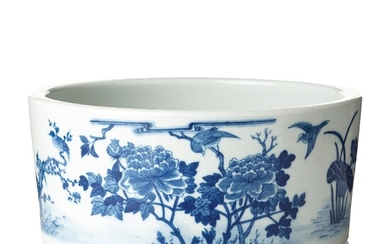 A blue and white flower pot, Qing dynasty, circa 1900.