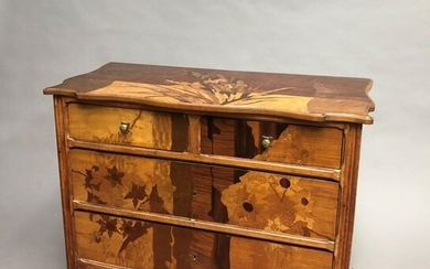 Chest of drawers with inlaid decoration opening four drawers on three rows.