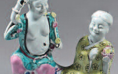 Chinese porcelain group. Qianlong/Jiaqing. Representing two figures sitting on a high rocky base with a frog, decorated with the enamels of the Rose Family, gingles.