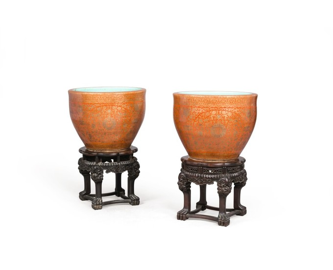 PAIRE DE GRANDES JARDINIÈRES EN PORCELAINE DYNASTIE QING, ÉPOQUE JIAQING | 清嘉慶 礬紅描金雙喜牡丹紋魚缸一對 | A pair of large coral-ground and gilt-decorated jardinieres, Qing Dynasty, Jiaqing period