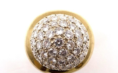 RING in 18K yellow gold retaining a dome paved with brilliant-cut diamonds. TDD: 49. Gross weight: 17.46 gr. A diamond and gold ring.