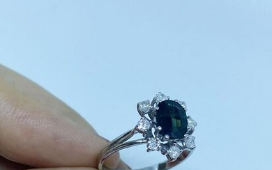 Ring with white gold and sapphire and 8 diamonds