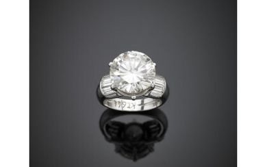 Round ct. 6.44 diamond and baguette diamond shoulders white gold...