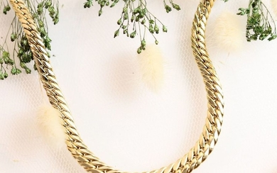 Yellow gold necklace, falling chain link. Ratchet clasp...