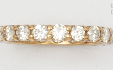 Yellow gold wedding band entirely set with brilliant-cut diamonds. Finger size: 56. Rough: 3.2g.