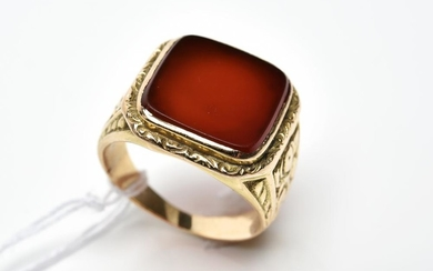 A GENTS CARNELIAN SIGNET RING IN 14CT GOLD, SIZE M