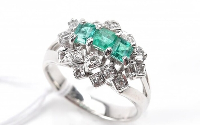 AN EMERALD AND DIAMOND DRESS RING IN 18CT WHITE GOLD, SIZE O, 5.9GMS