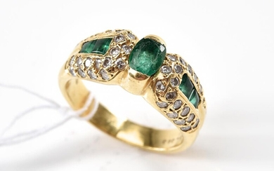 AN EMERALD AND DIAMOND RING IN 18CT GOLD, THE CENTRAL EMERALD WEIGHING 0.50CTS AND DIAMONDS TOTALLING 0.72CTS SIZE O, 7.1GMS