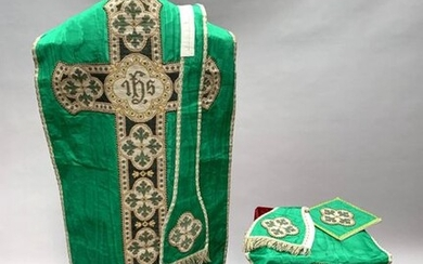 Beautiful ORNAMENT in green moiré silk, the orphreys in large point with IHS and quatrefoil decoration. Complete with its accessories, worthy for worship.