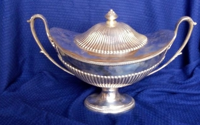 Centerpiece, Elegant nav-shaped centerpiece with lid - .800 silver - Italy - First half 20th century