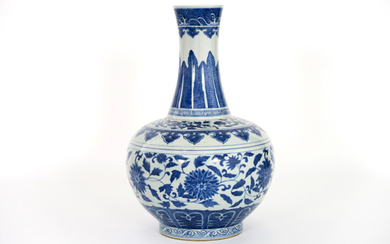 Chinese vase in porcelain with blue-white flower decor - height : 41 cm||| Chinese vase in porcelain with blue-white flower decor
