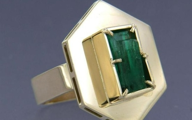 Modern ring with emerald